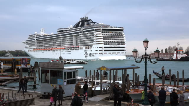 ws shot of large cruise ship and boats on harbor at canale di san marco / venice, veneto, italy - groß stock-videos und b-roll-filmmaterial