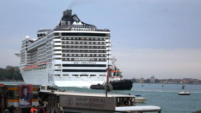 vídeos de stock e filmes b-roll de ws shot of large cruise ship and other boats at canale di san marco / venice, veneto, italy - cruzeiro