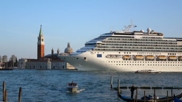 ms shot of large cruise ship at canale di san marco / venice, veneto, italy - venedig stock-videos und b-roll-filmmaterial