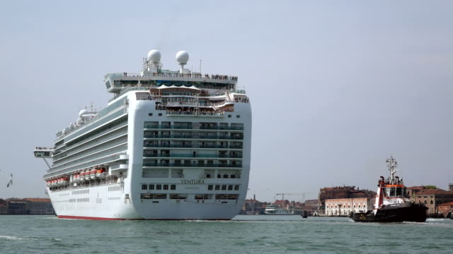 ws shot of large cruise ship sailing at canale di san marco / venice, veneto, italy - kreuzfahrtschiff stock-videos und b-roll-filmmaterial