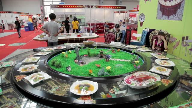 vídeos de stock e filmes b-roll de ms shot of large dining table in trade shows / xian, shaanxi, china - exposição