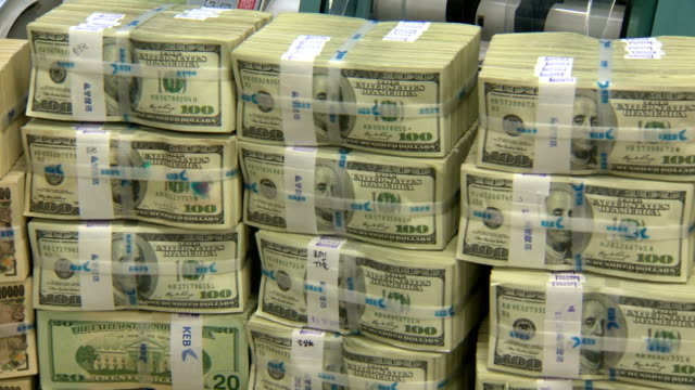 vidéos et rushes de shot of large group of stacking foreign exchange bundle in korea exchange bank - billet de banque
