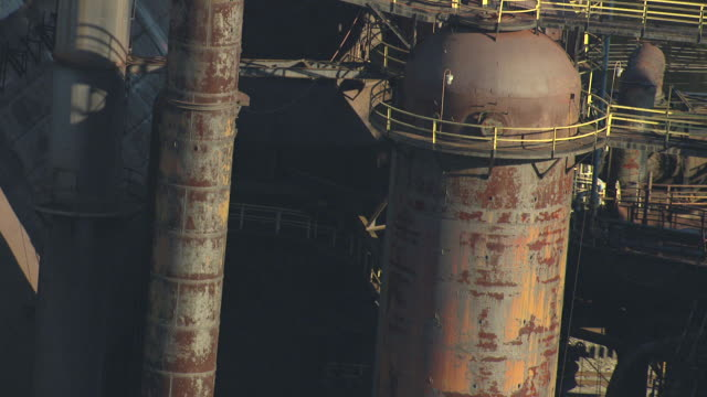 cu aerial tu shot of large pipes at bethlehem steel plant / bethlehem, pennsylvania, united states - ペンシルベニア州点の映像素材/bロール