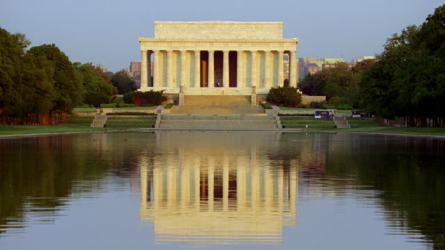 ws shot of lincoln memorial and pond / washington d.c, united states  - lincolndenkmal stock-videos und b-roll-filmmaterial