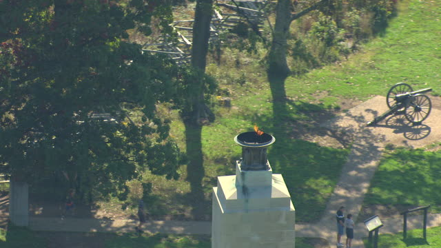 ms aerial td shot of lit bronze urn at eternal light peace memorial at gettysburg national military park / pennsylvania, united states - gettysburg stock-videos und b-roll-filmmaterial