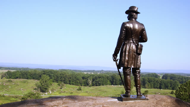 shot of little round top in gettysburg national military park in gettysburg, pennsylvania, including a statue of general g. k. warren. - gettysburg stock-videos und b-roll-filmmaterial