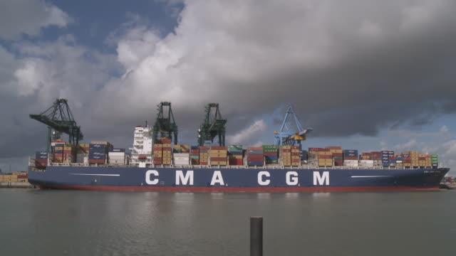 stockvideo's en b-roll-footage met ws shot of loading and unloading cargo containers ships at zeebrugge port / zeebrugge, flanders, belgium - zeebrugge