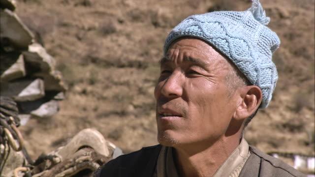 cu shot of local villager / hurikot village, low himalayas, dolpo, nepal    - 年配の男性一人点の映像素材/bロール