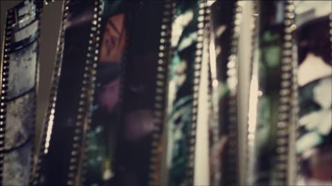 stockvideo's en b-roll-footage met shot of looking through film with light - fotografische thema's