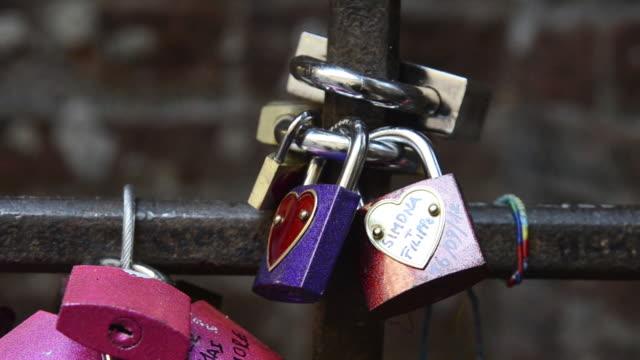 cu shot of love locks at casa di giulietta / verona, veneto, italy - mellanstor grupp av objekt bildbanksvideor och videomaterial från bakom kulisserna