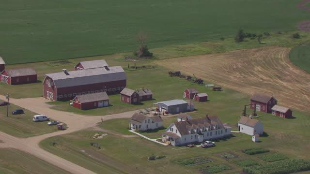 cu aerial zo shot of main house porch and pull back to reveal bagg bonanza farm / mooreton, north dakota, united states - espansione verso l'ovest video stock e b–roll