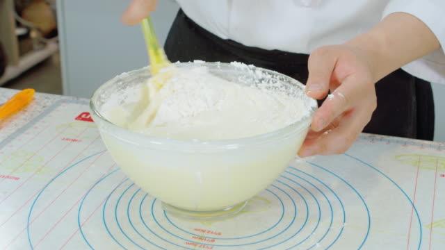 vídeos de stock, filmes e b-roll de shot of making cake dough - espátula