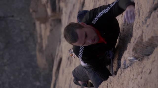 vídeos y material grabado en eventos de stock de cu slo mo shot of male climber climbing rock / estes park, colorado, united states - artículo de montañismo
