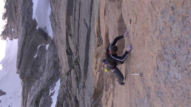 vidéos et rushes de ms zo zi shot of male climber climbing rock / estes park, colorado, united states - un seul homme d'âge moyen