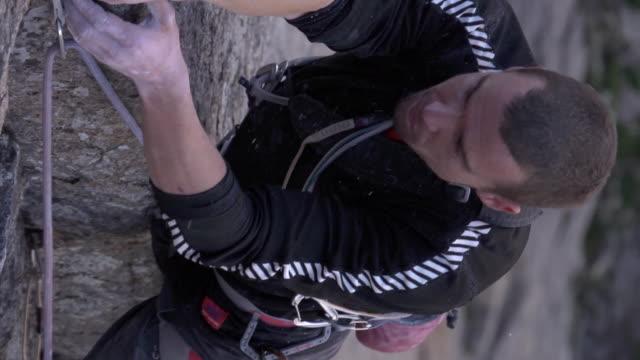 vidéos et rushes de ms zi slo mo shot of male climber climbing rock / estes park, colorado, united states - un seul homme d'âge moyen