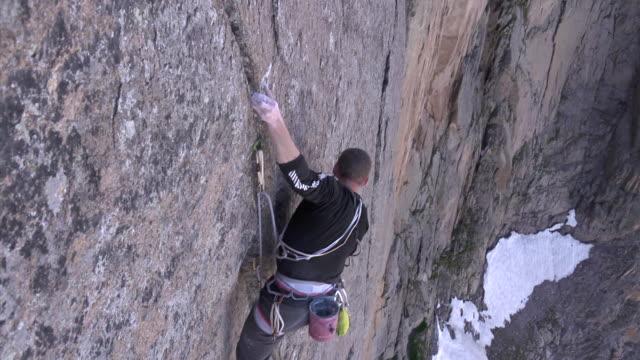 vidéos et rushes de ms zo shot of male climber climbing rock / estes park, colorado, united states - un seul homme d'âge moyen