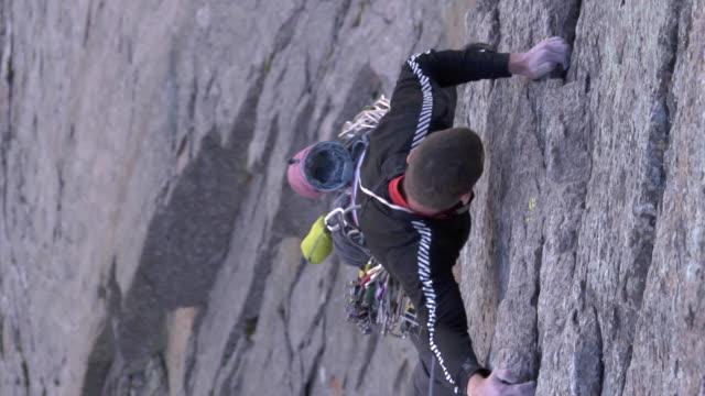 vidéos et rushes de ms zi zo shot of male climber climbing rock / estes park, colorado, united states - un seul homme d'âge moyen
