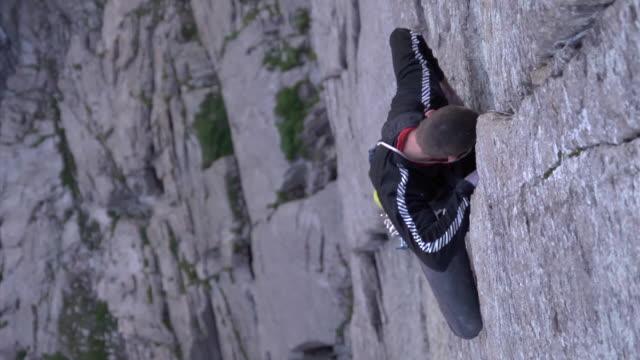 vidéos et rushes de ms slo mo shot of male climber climbing rock / estes park, colorado, united states - un seul homme d'âge moyen