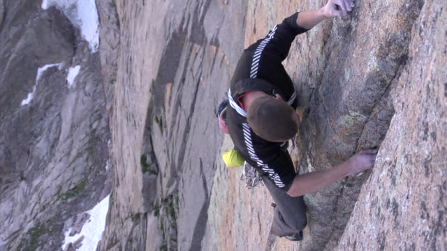 vidéos et rushes de ms zi shot of male climber climbing rock with placing camalot in rock / estes park, colorado, united states - un seul homme d'âge moyen