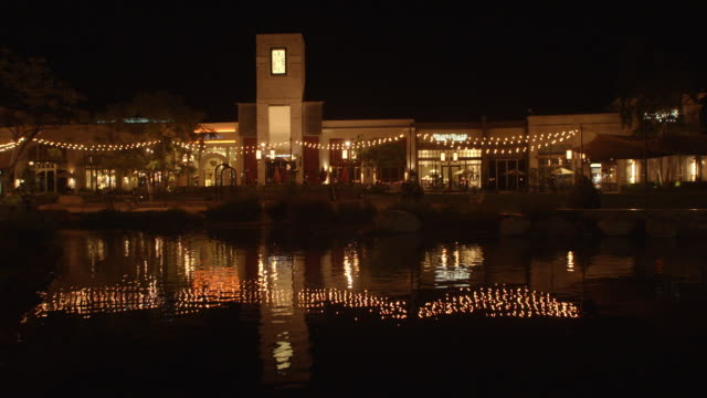 ws shot of  mall outdoor at night  / thousand oaks, ca, united states - shopping mall点の映像素材/bロール