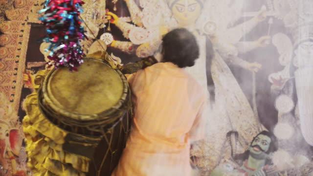 vídeos y material grabado en eventos de stock de ms shot of man playing dhol during durga puja festival / gurgaon, haryana, india - figura femenina