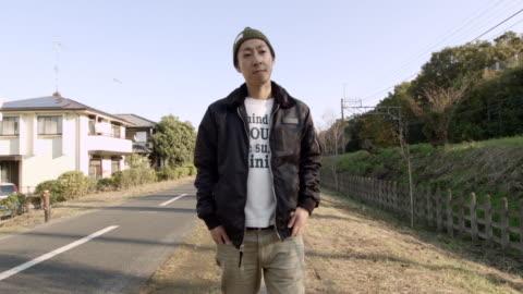 vidéos et rushes de ms ts shot of man walking on street / kawagoe, tokyo, japan - seulement des jeunes hommes