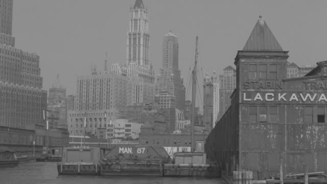 vídeos y material grabado en eventos de stock de ws pov shot of many yacht in hudson river with skyscrapers at new york city - terminal de ferry
