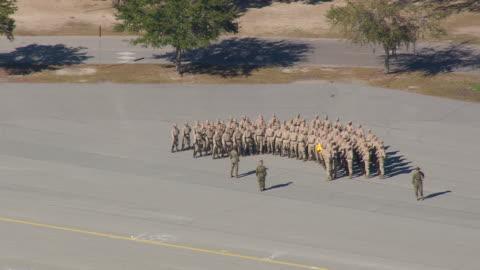 vídeos de stock e filmes b-roll de ms aerial shot of marine corp recruit depot / south carolina, united states - corpo de fuzileiros da marinha americana