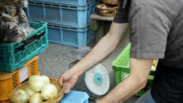 stockvideo's en b-roll-footage met ms ts shot of master of greengrocer has weighed onions / toyooka, hyogo, japan - kruidenier