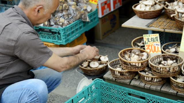 ms tu shot of master of greengrocer has weighed shiitake / toyooka, hyogo, japan - オーナー点の映像素材/bロール