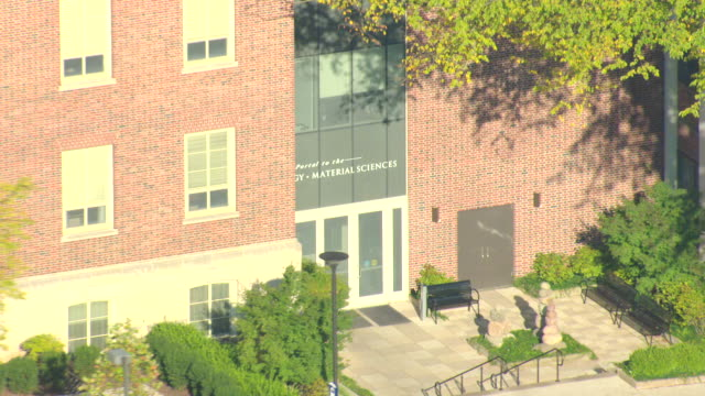cu aerial zo ds shot of material sciences building with pennsylvania state university campus / university park, pennsylvania, united states - pennsylvania stock-videos und b-roll-filmmaterial