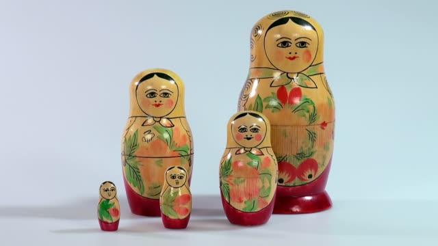 vídeos y material grabado en eventos de stock de ms shot of matryoshka dolls, russian dolls / saarburg, rhineland palatinate, germany - cinco objetos