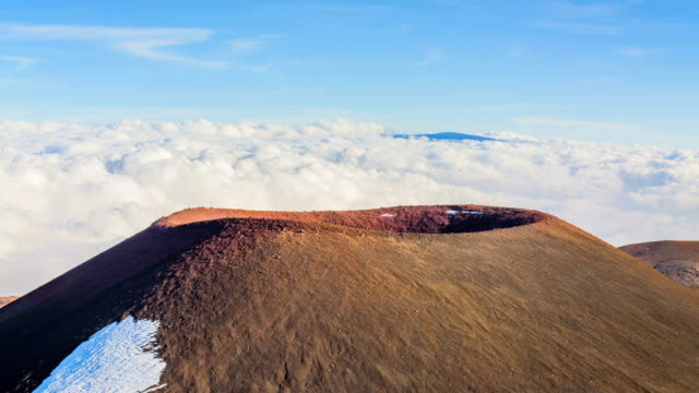 shot of mauna kea volcanic mountain and cloud sea behind it - 自然美点の映像素材/bロール