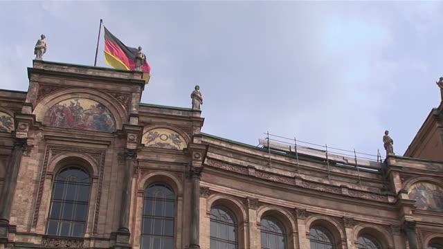 vídeos de stock, filmes e b-roll de ms zo pan shot of maximilianeum building / munich, bavaria, germany - figura feminina