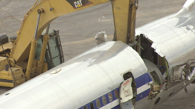 cu aerial zo ts shot of md80 commercial jet airliner claw tears off tail / roswell, new mexico, united states - roswell stock videos & royalty-free footage