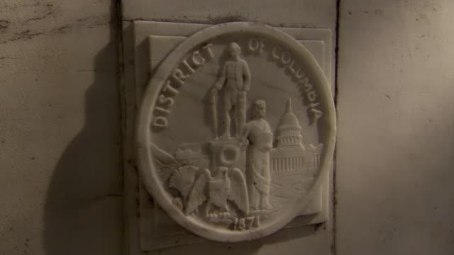 ms zi shot of medallion for district of columbia in northwest corner of district of columbia war memorial / washington, district of columbia, united states - レリーフ点の映像素材/bロール