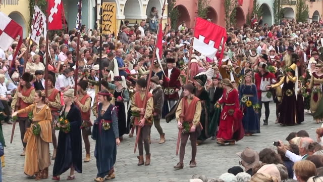 vidéos et rushes de ms shot of medieval party showing marriage of 1475 with medieval clothing / landshut, bavaria, germany - moyen âge