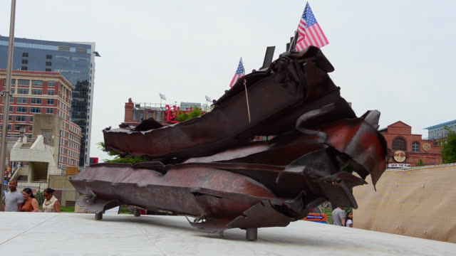 cu shot of memorial baltimore maryland inner harbor for 9/11 deaths of baltimore people steel girders from world trade center in new york city / baltimore, maryland, united states - hafen von baltimore stock-videos und b-roll-filmmaterial