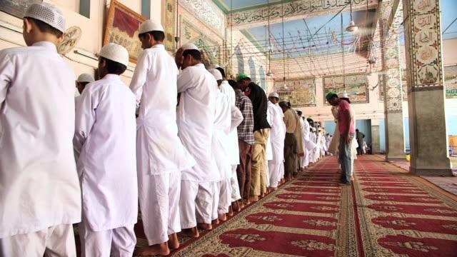 stockvideo's en b-roll-footage met ms shot of men worshiping at mosque / old city of lahore punjab pakistan - lahore pakistan