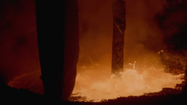vídeos y material grabado en eventos de stock de cu zi shot of metal pole being lower, breaking crust on top of molten steel and causing it to erupt - metal fundido