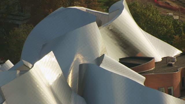 stockvideo's en b-roll-footage met ms tu td aerial shot of metal roof top of peter b lewis building in university circle neighborhood / cleveland, ohio, united states - plaatselijk monument
