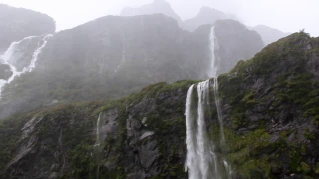 cu td shot of milford sound / te anau, new zealand - neuseeland stock-videos und b-roll-filmmaterial