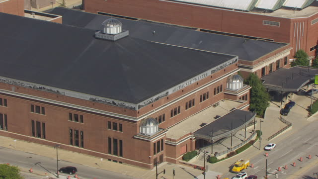 vidéos et rushes de ms aerial pan shot of milwaukee theatre / milwaukee, wisconsin, united states  - auditorium