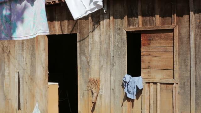 vidéos et rushes de ms shot of miners house in village / serra pelada, para, brazil - en bois