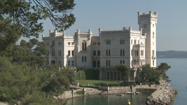 ms zo shot of miramare castle / trieste, friuli venezia giulia, italie - castello video stock e b–roll