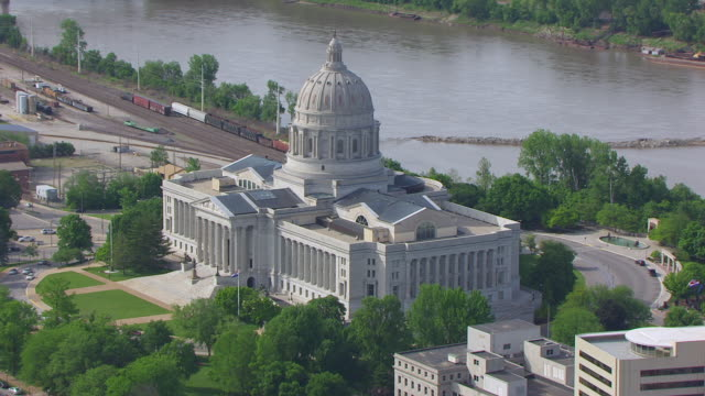 vídeos de stock e filmes b-roll de ws aerial ts ds shot of missouri state capitol with missouri river in background / jefferson city, missouri, united states - missouri