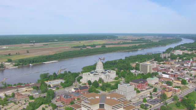 vídeos de stock e filmes b-roll de ws aerial shot of missouri state capitol with missouri river in background / jefferson city, missouri, united states - missouri