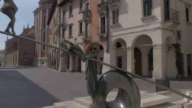 vídeos y material grabado en eventos de stock de shot of modern art and vicenze cathedral (duomo) from contra giuseppe garibaldi, vicenza, veneto, italy, europe - balancín