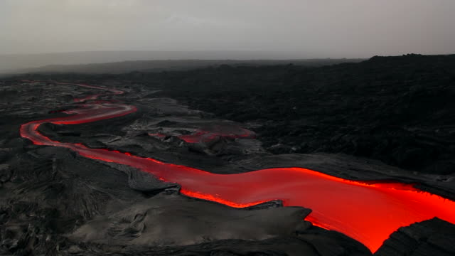 vidéos et rushes de ms t/l shot of molten lava flow going down lava plateau at early morning / big island, hawaii, united states - big island îles hawaï