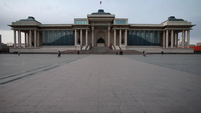 stockvideo's en b-roll-footage met ws shot of mongolian people's walking in front of parliament building / ulaanbaatar, mongolia, mongolia - parliament building